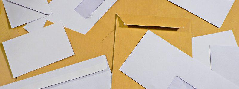 multitude d'enveloppes kraft et blanches  fentre